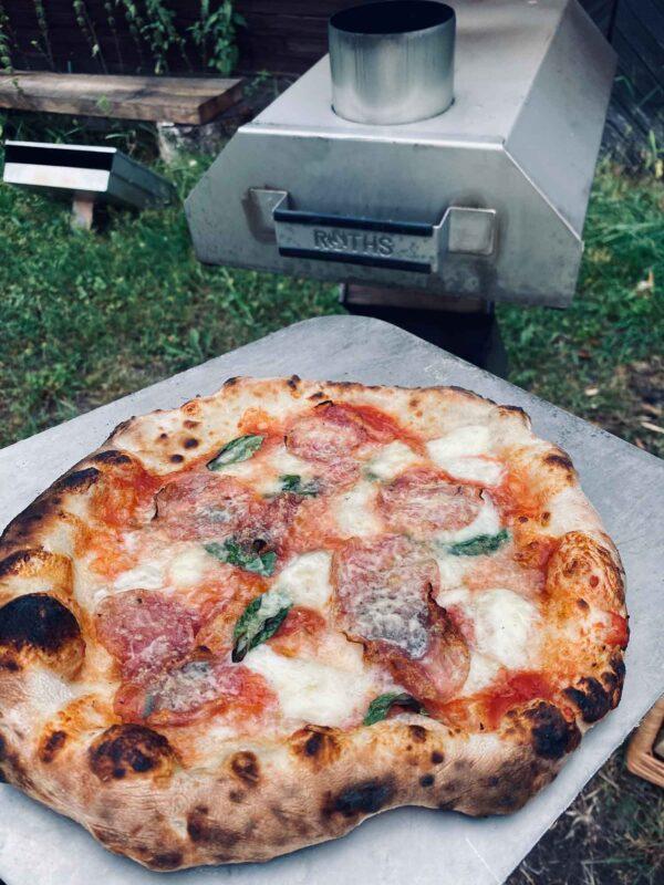 Napolitansk pizza från vedeldad pizzaugn